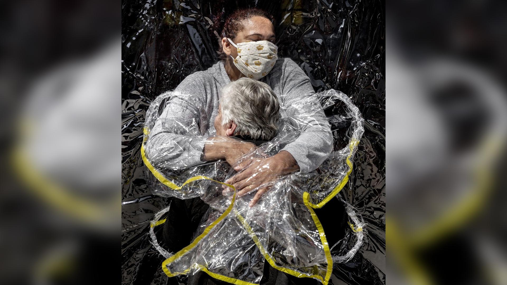 IMAGEM: Foto de abraço entre idosa e cuidadora durante pandemia em SP vence prêmio World Press Photo