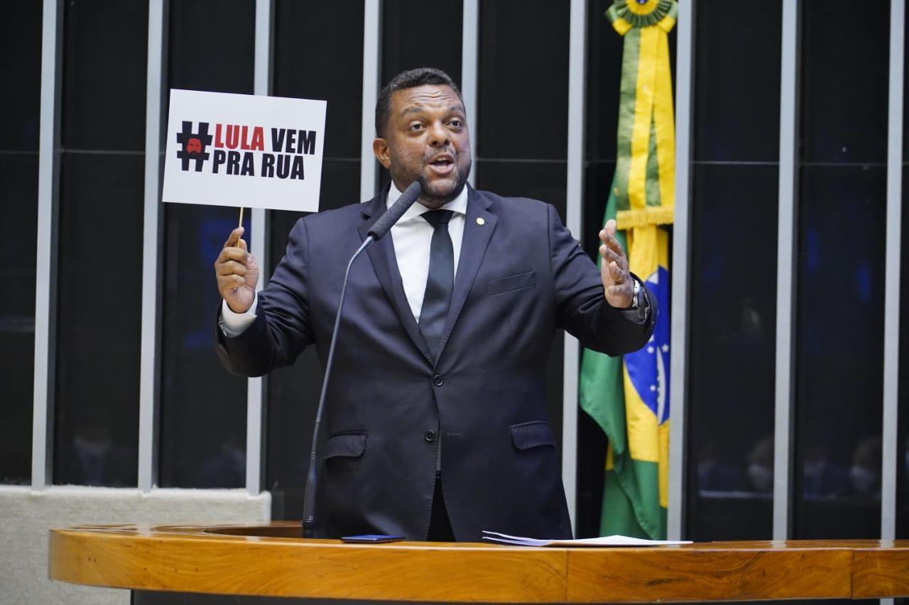 IMAGEM: No dia em que foi à PF, deputado ocupa tribuna para defender Bolsonaro e provocar Lula