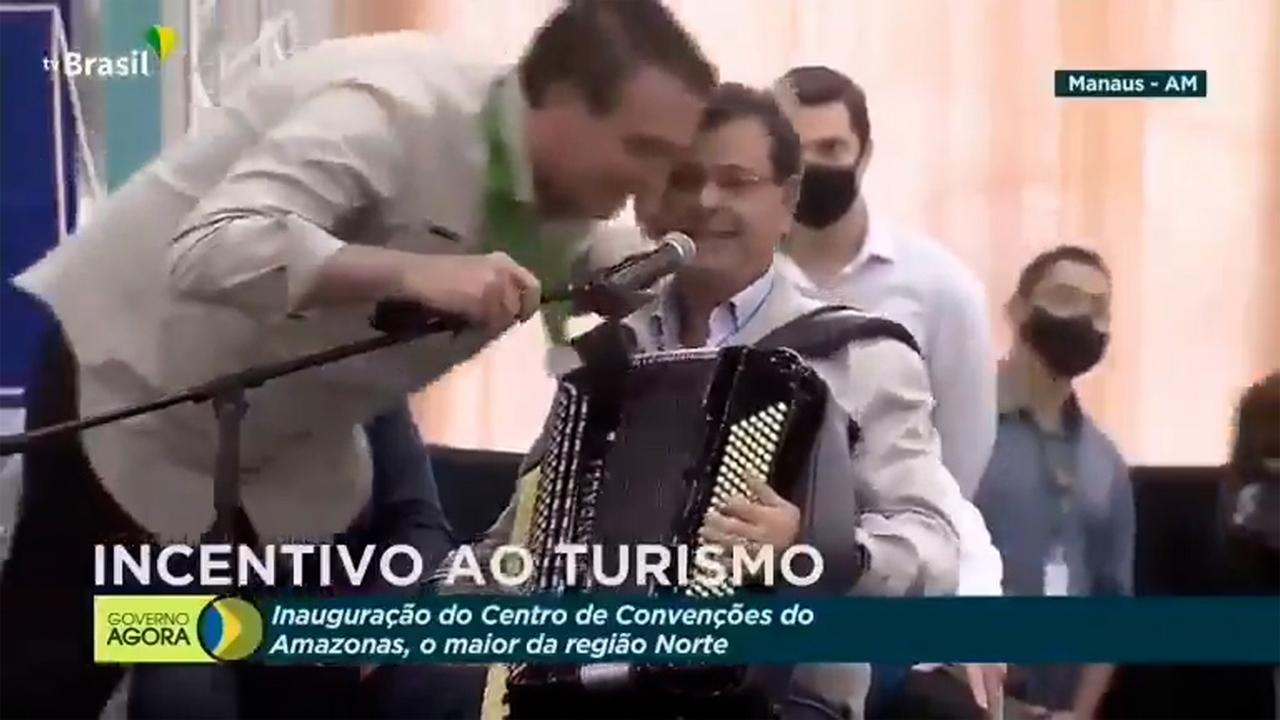 IMAGEM: Bolsonaro fica maravilhado com performance de ministro sanfoneiro