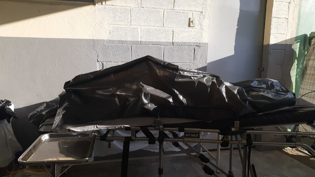 IMAGEM: Corpo de vítima da Covid fica exposto em porta de UPA de Belo Horizonte