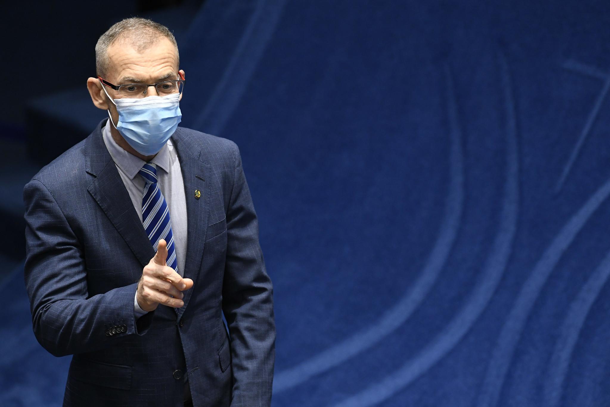 'Daqui a pouco estaremos defendendo a terra plana', diz Contarato