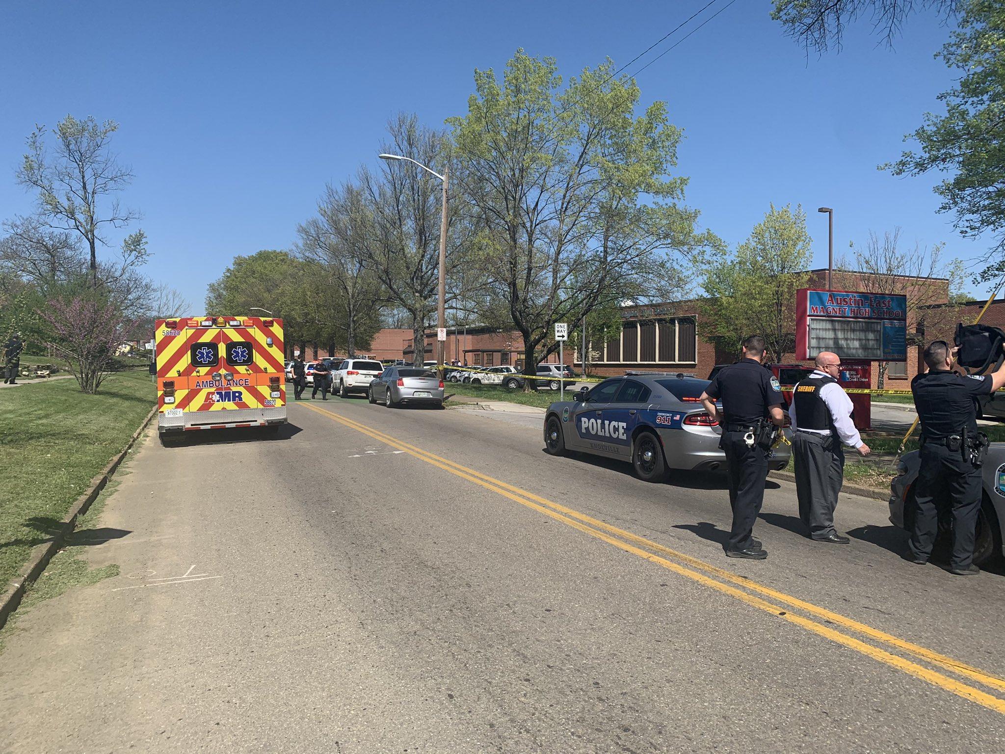 Ataque a tiros em colégio no Tennessee mata adolescente