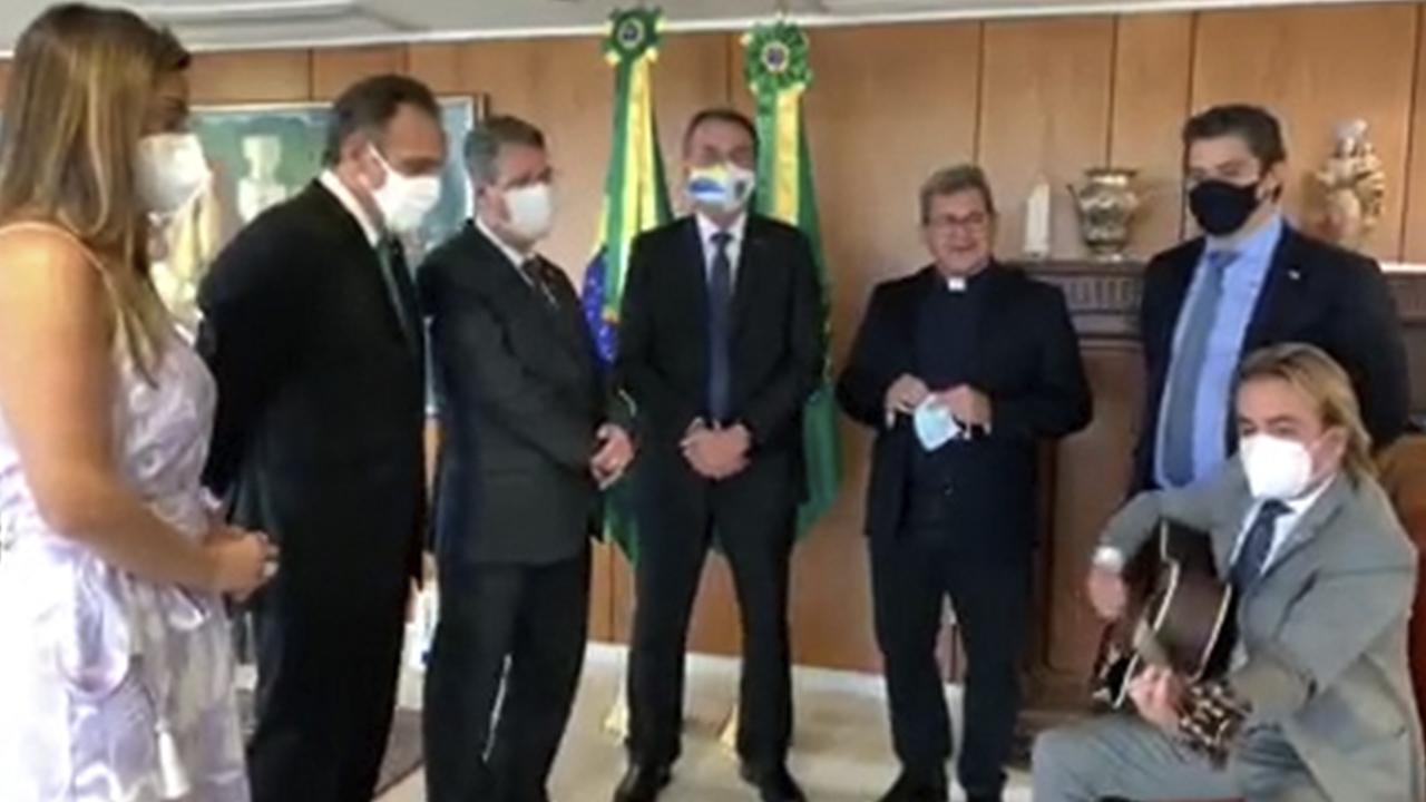 IMAGEM: Em oração no Planalto, padre sugere que CPI é 'coisa do mal' contra Bolsonaro