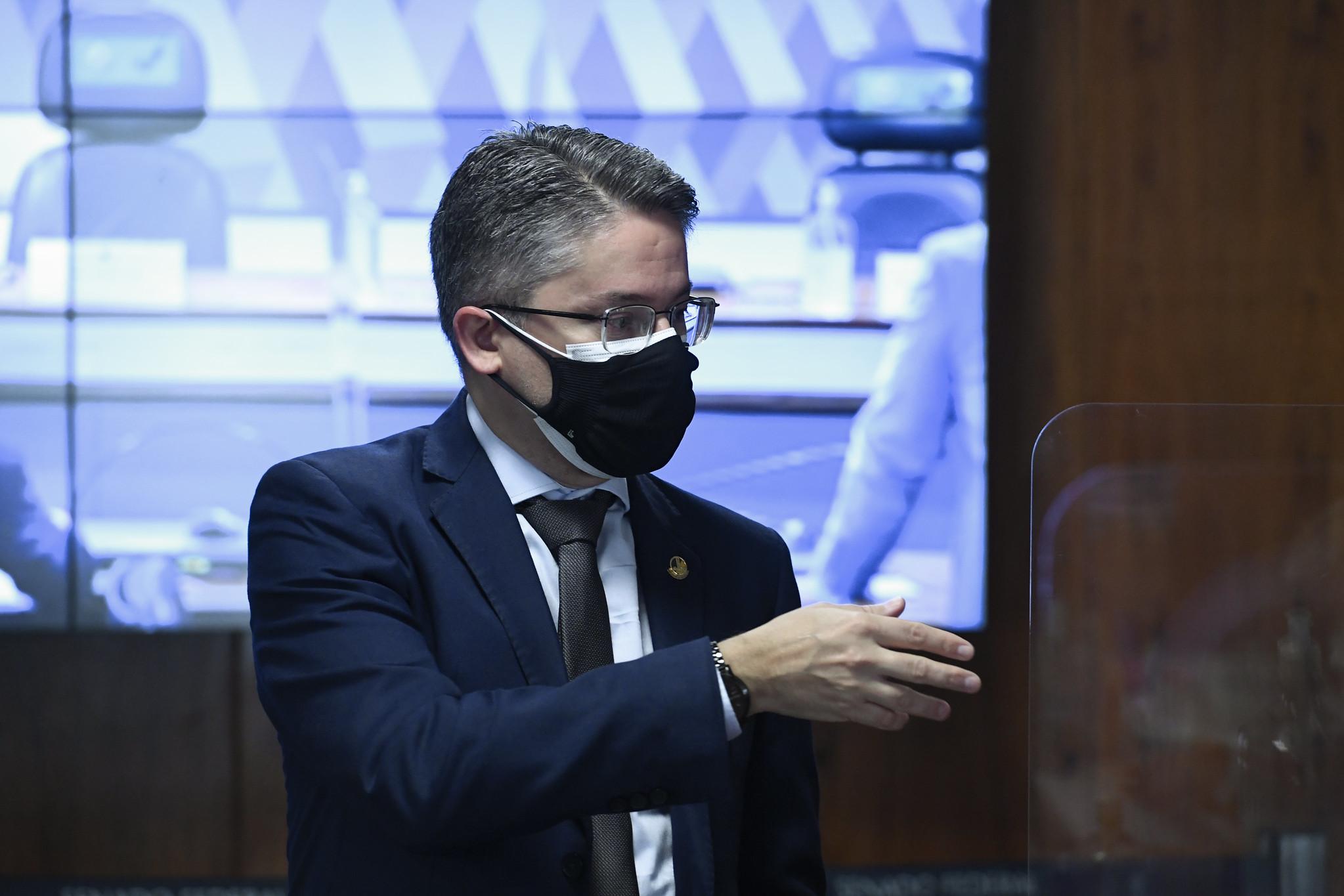IMAGEM: 'Sai o Centrão de farda e entra o Centrão de terno', diz Alessandro Vieira