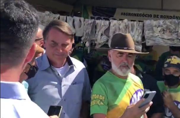 IMAGEM: Bolsonaro gera aglomeração em encontro com ruralistas