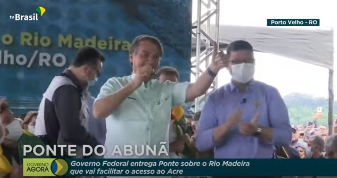 IMAGEM: Aos gritos de 'autorizo', Bolsonaro diz que decreto para reabrir economia está pronto