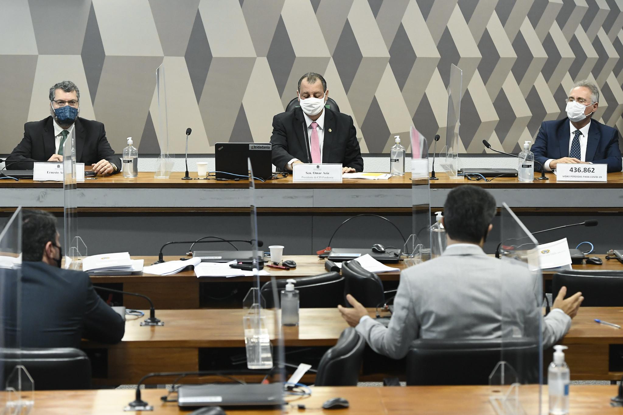 """IMAGEM: Senadores dizem que celebração de Bolsonaro sobre vacinas vem com atraso """"fatal e doloroso"""""""