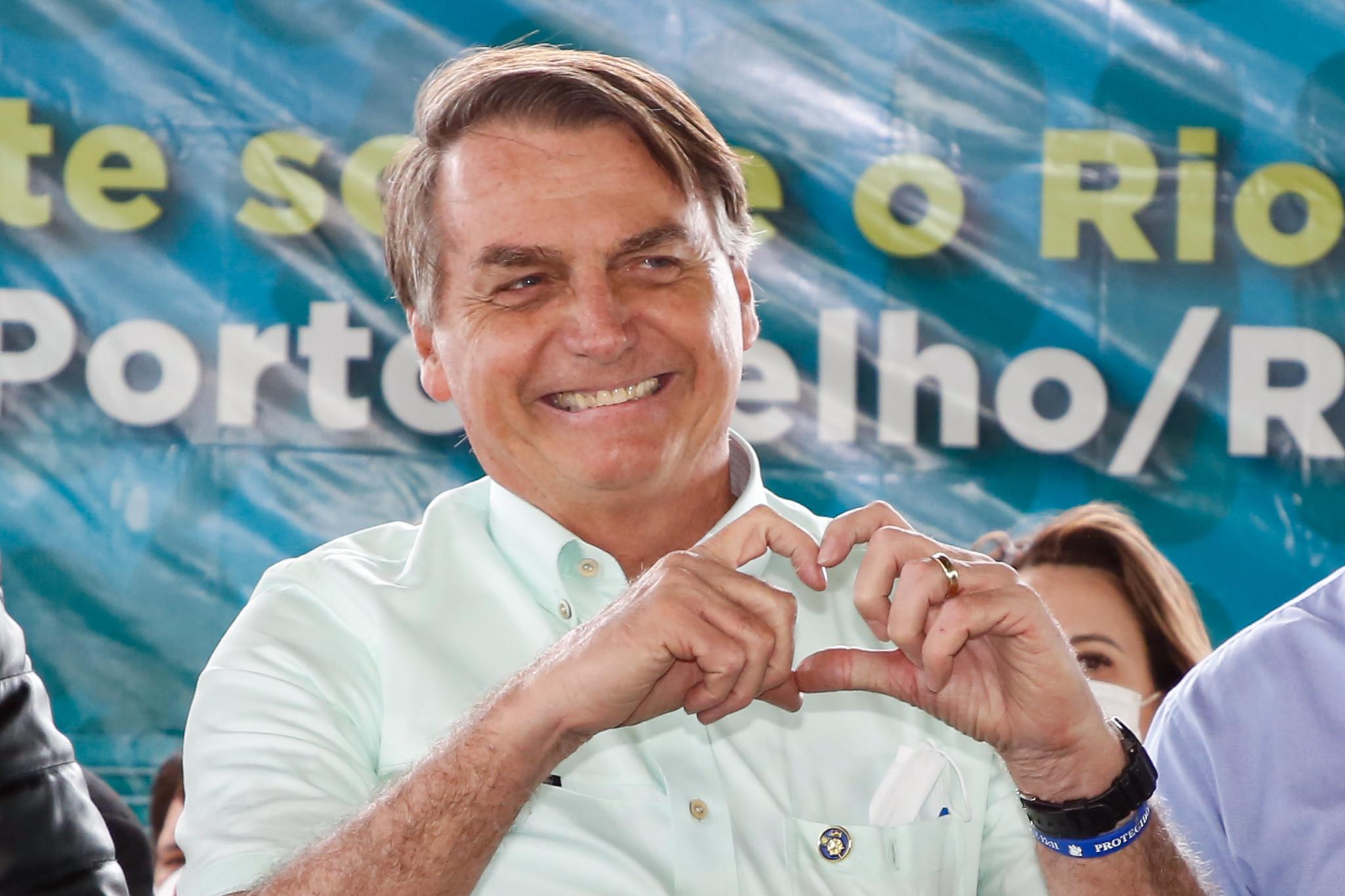 IMAGEM: Bolsonaro e sua nova receita para combater a Covid: chá dos índios