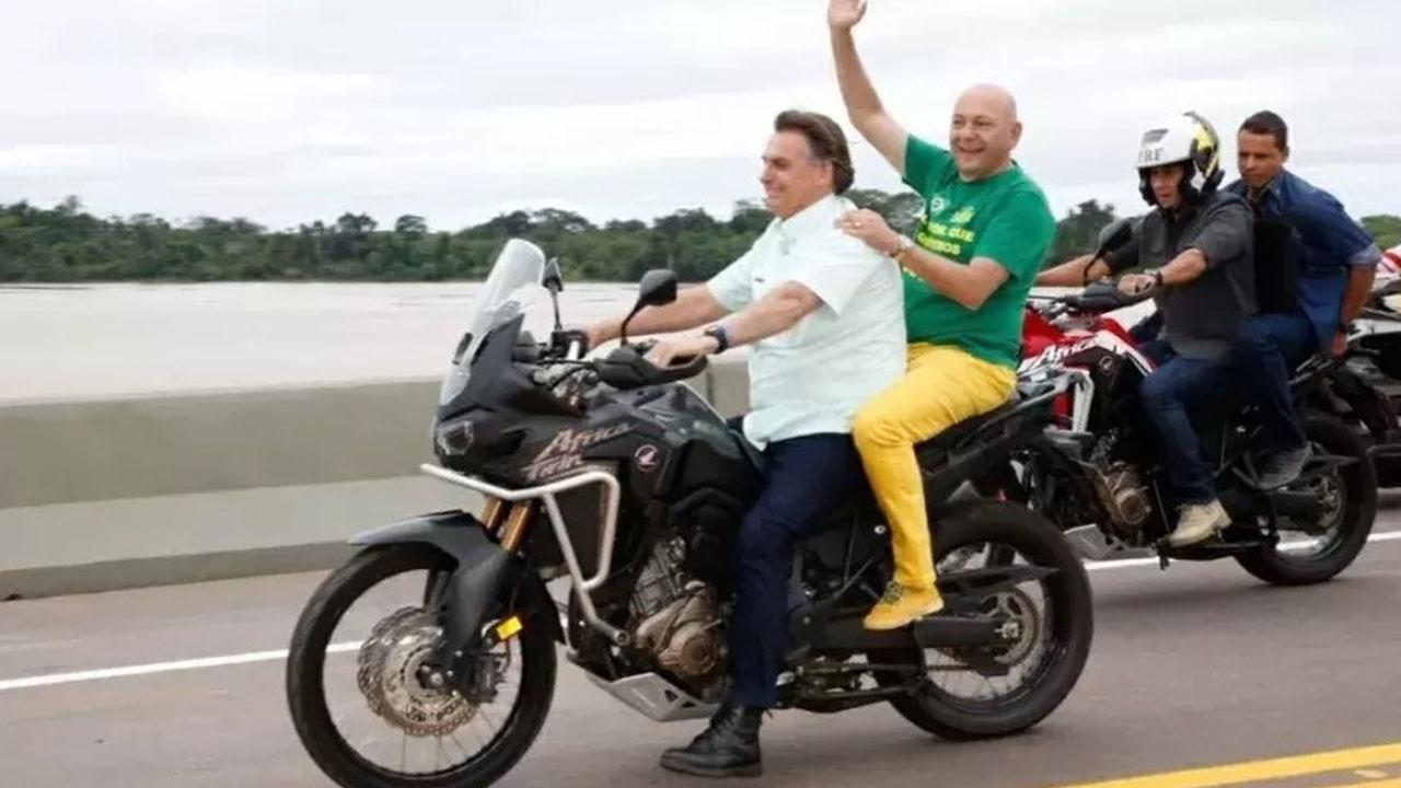 IMAGEM: Com Hang na garupa, Bolsonaro dirige moto sem máscara e sem capacete
