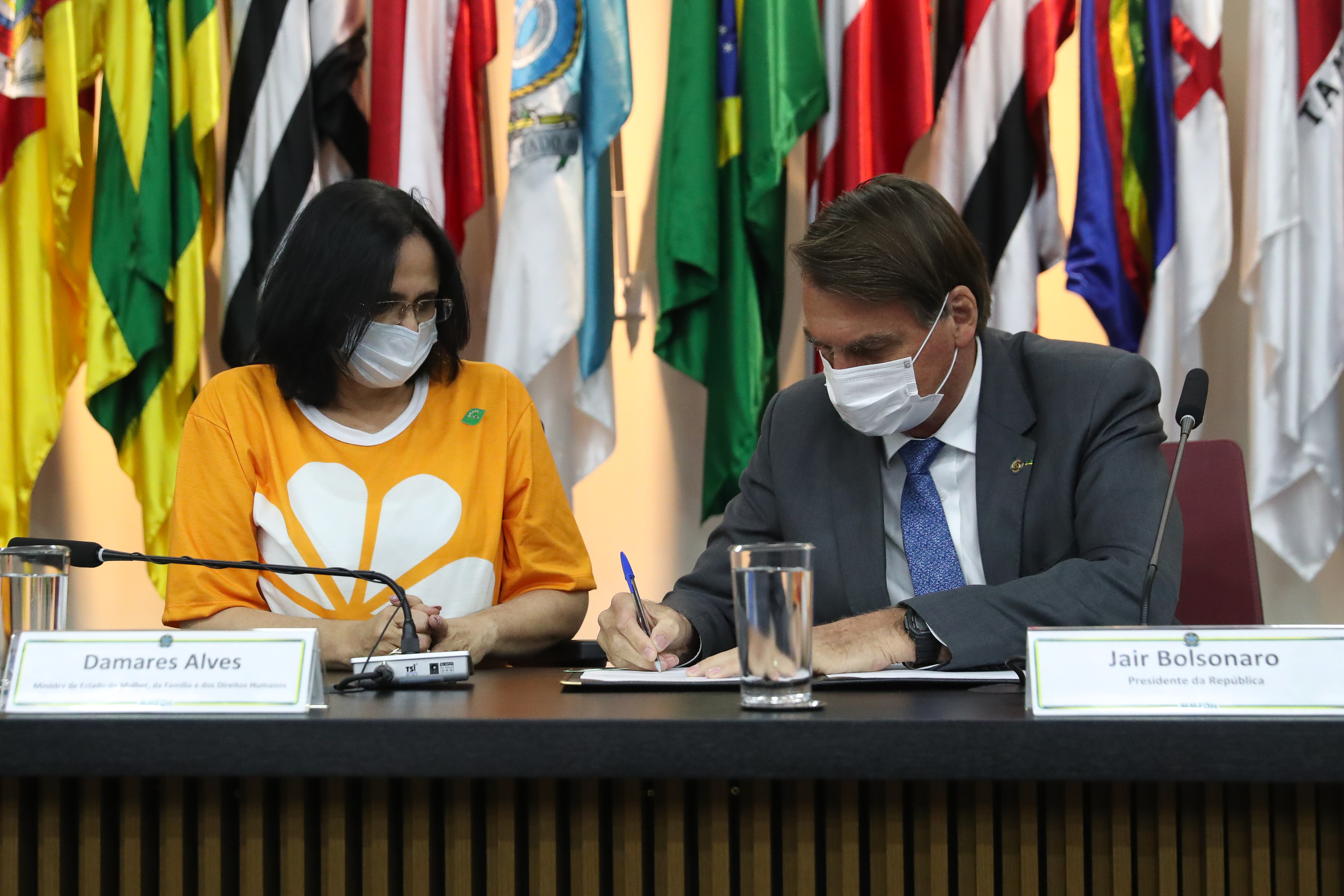 IMAGEM: Bolsonaro: Constituição não tem pena para abuso de crianças