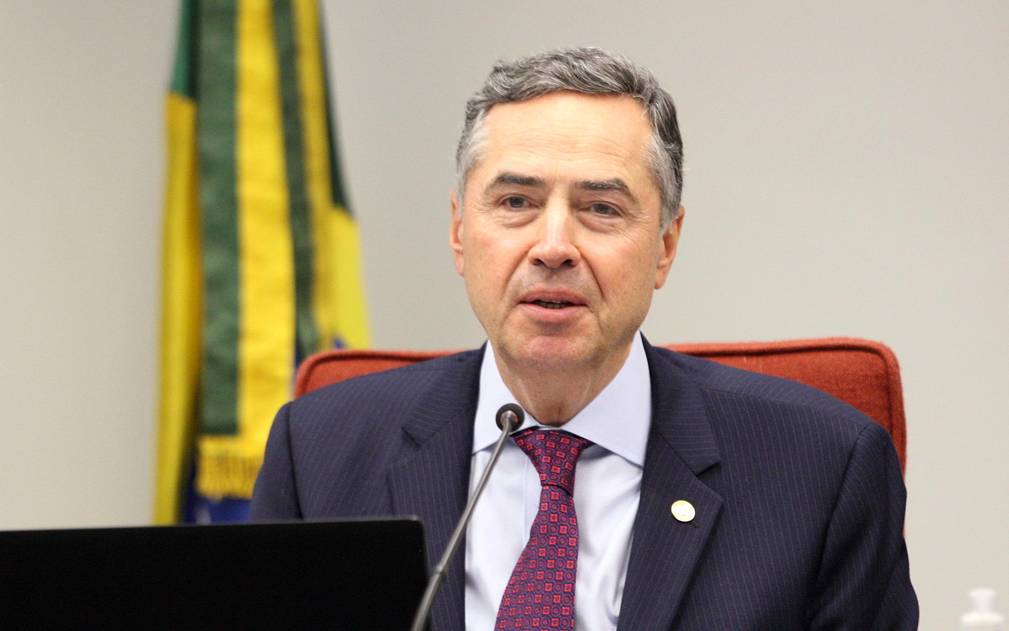 """IMAGEM: """"Não paro para bater boca nem me distraio com miudezas"""", responde Barroso a Bolsonaro"""