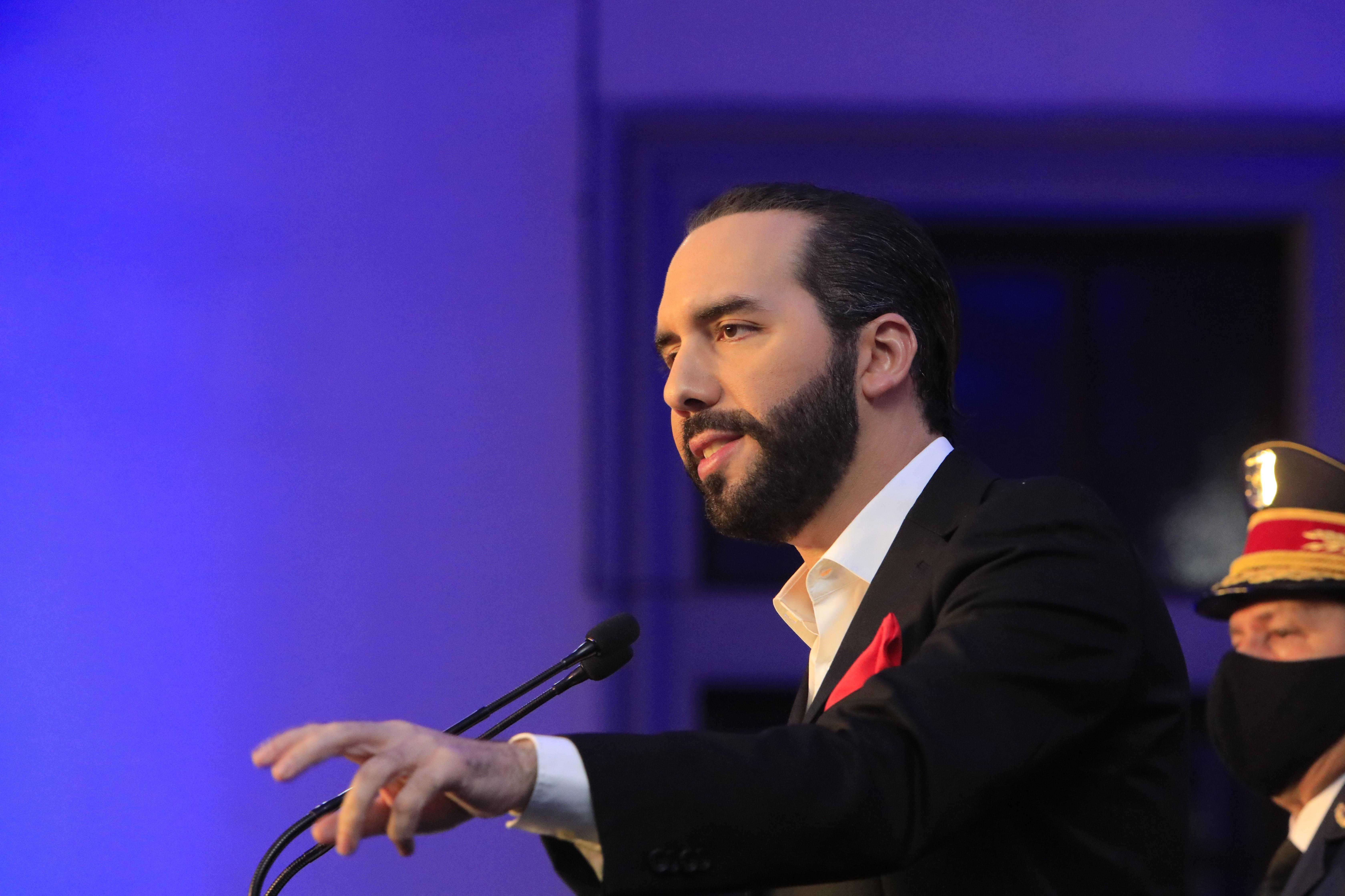 IMAGEM: Crusoé: presidente de El Salvador é ditador em construção