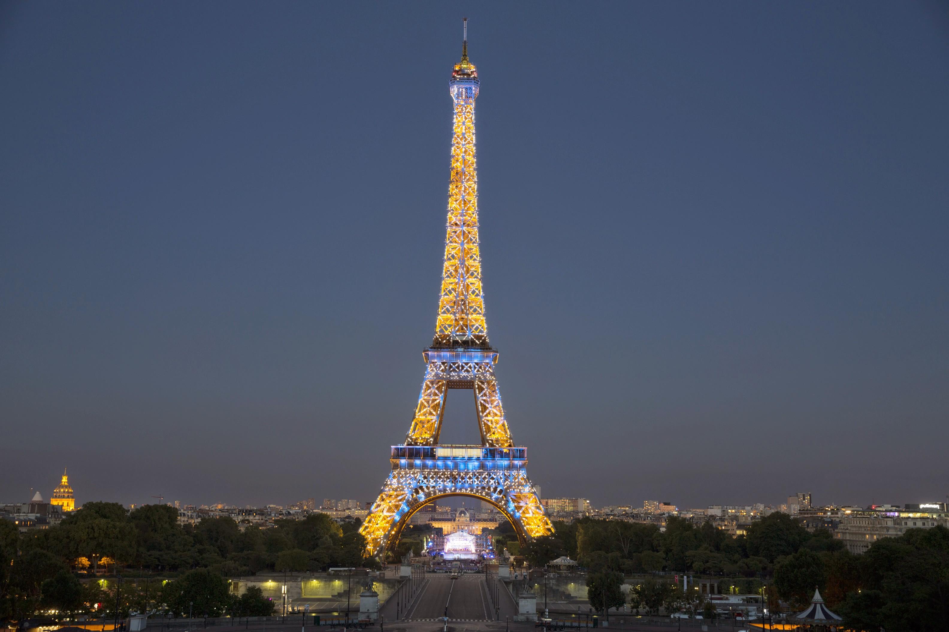IMAGEM: Torre Eiffel será reaberta depois de quase nove meses
