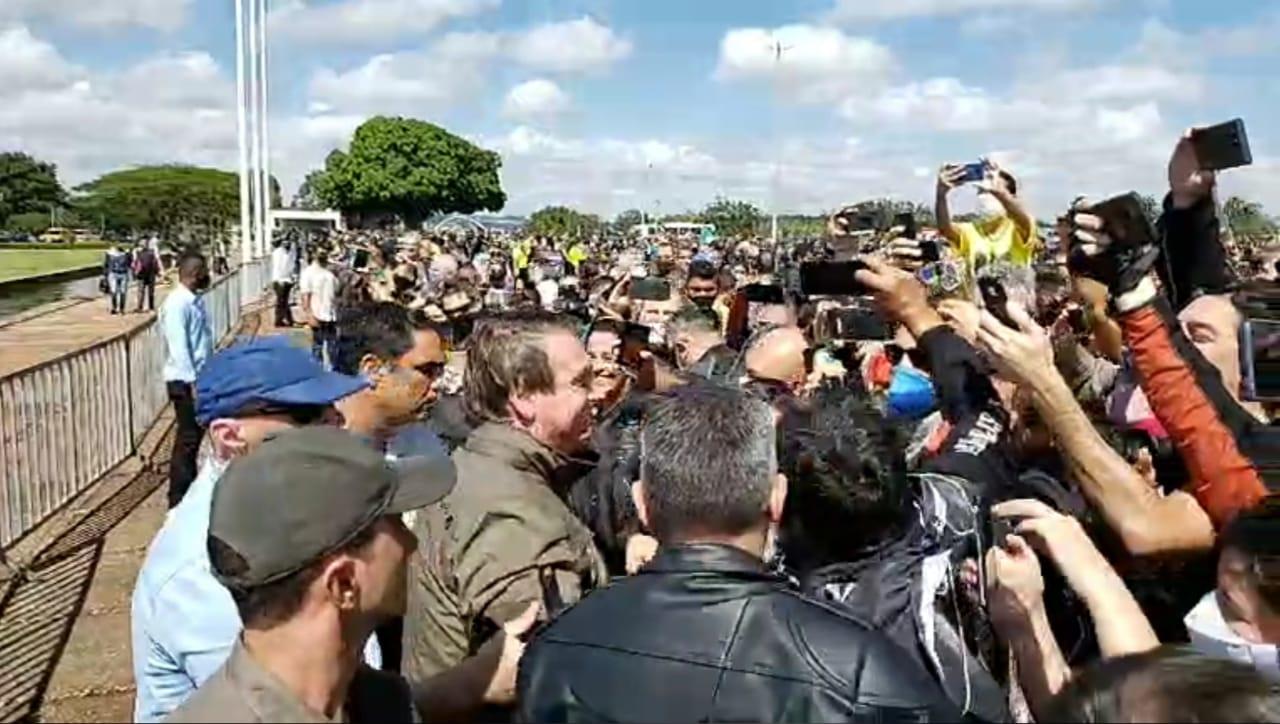 IMAGEM: Bolsonaro reúne motoqueiros em rolé por Brasília