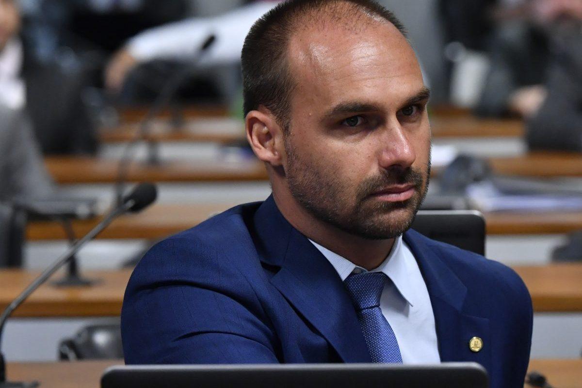 IMAGEM: Eduardo Bolsonaro protocola pedido de impeachment de prefeito de Araraquara