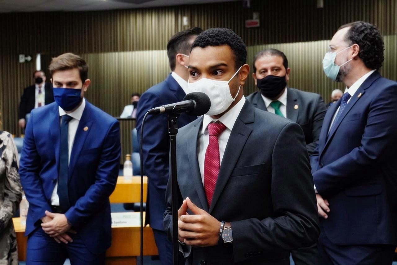 IMAGEM: Fernando Holiday pede para entrar no Novo