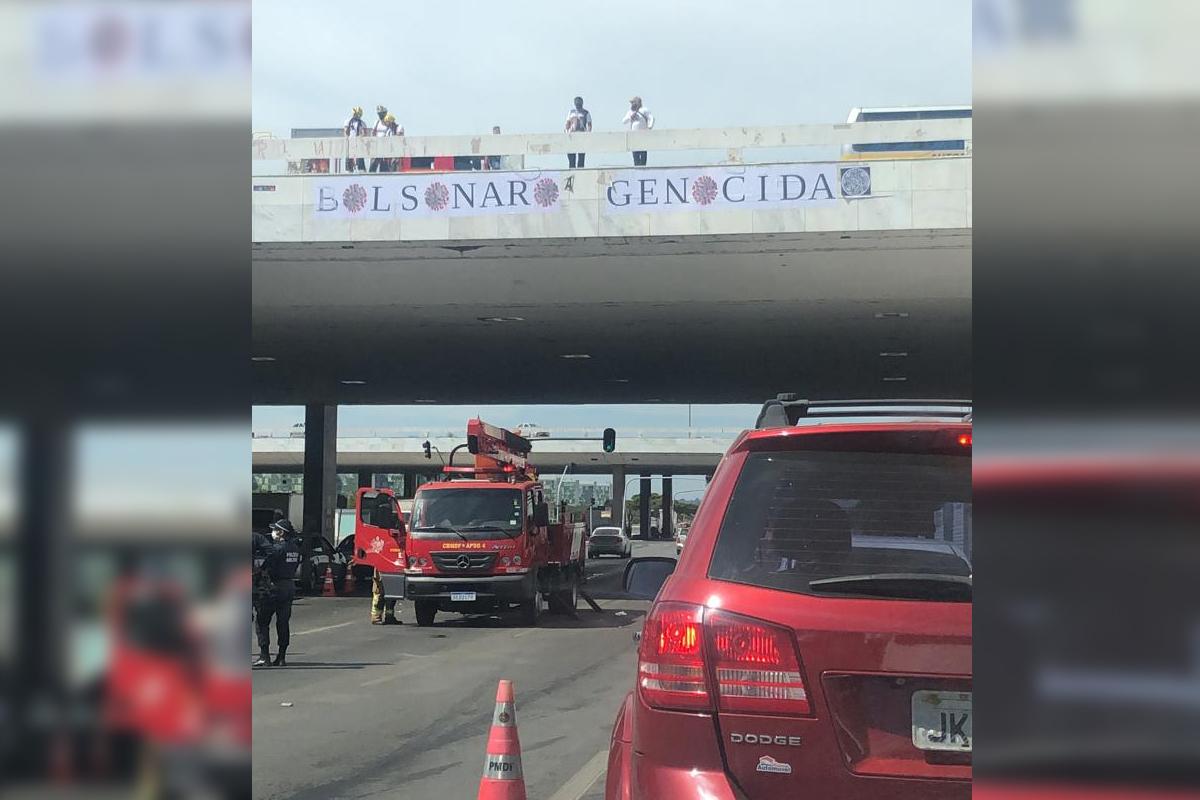 IMAGEM: 'Bolsonaro genocida' para o trânsito em Brasília