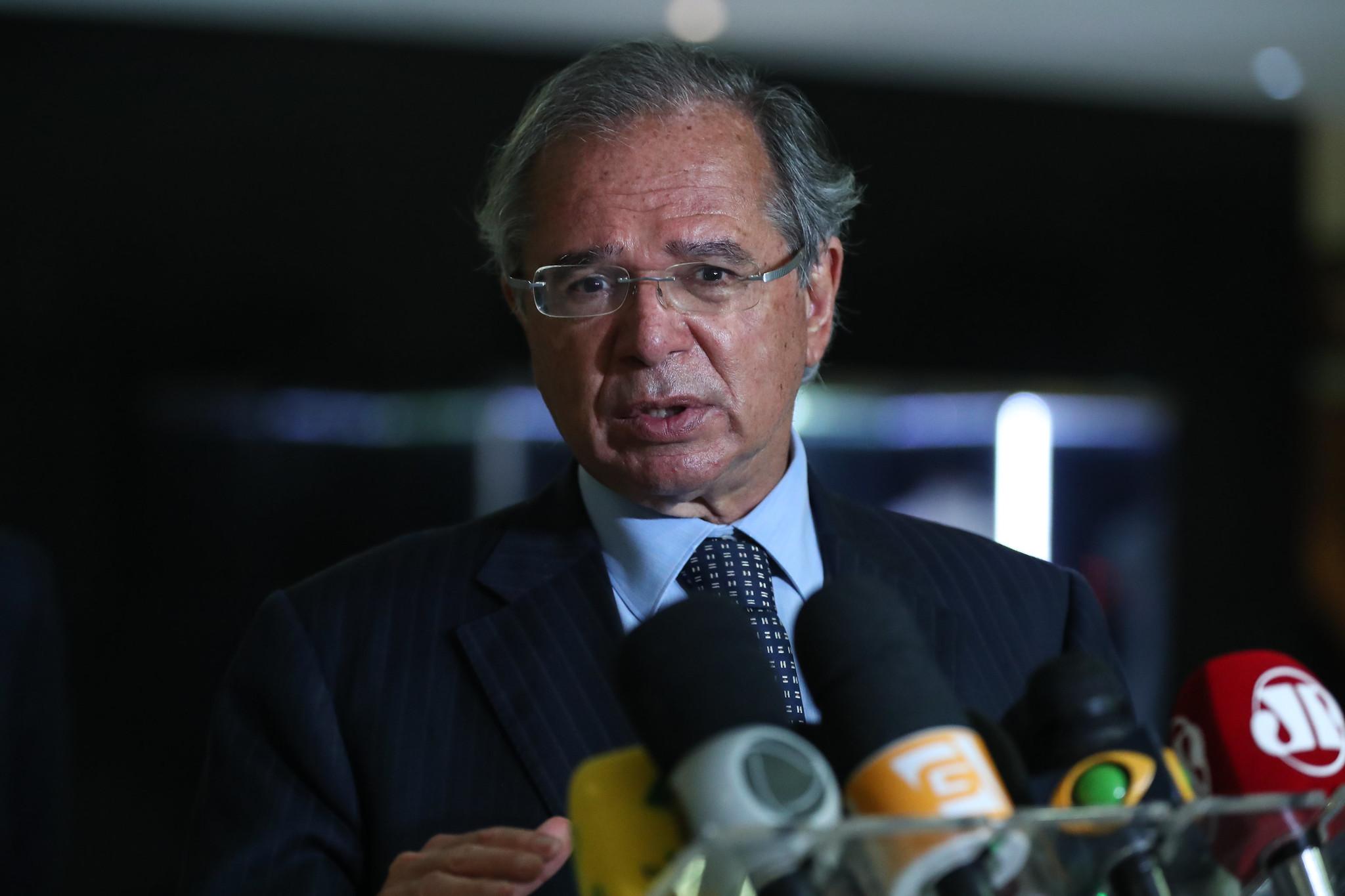 """IMAGEM: Guedes defende vacinação em massa """"dos invisíveis"""""""