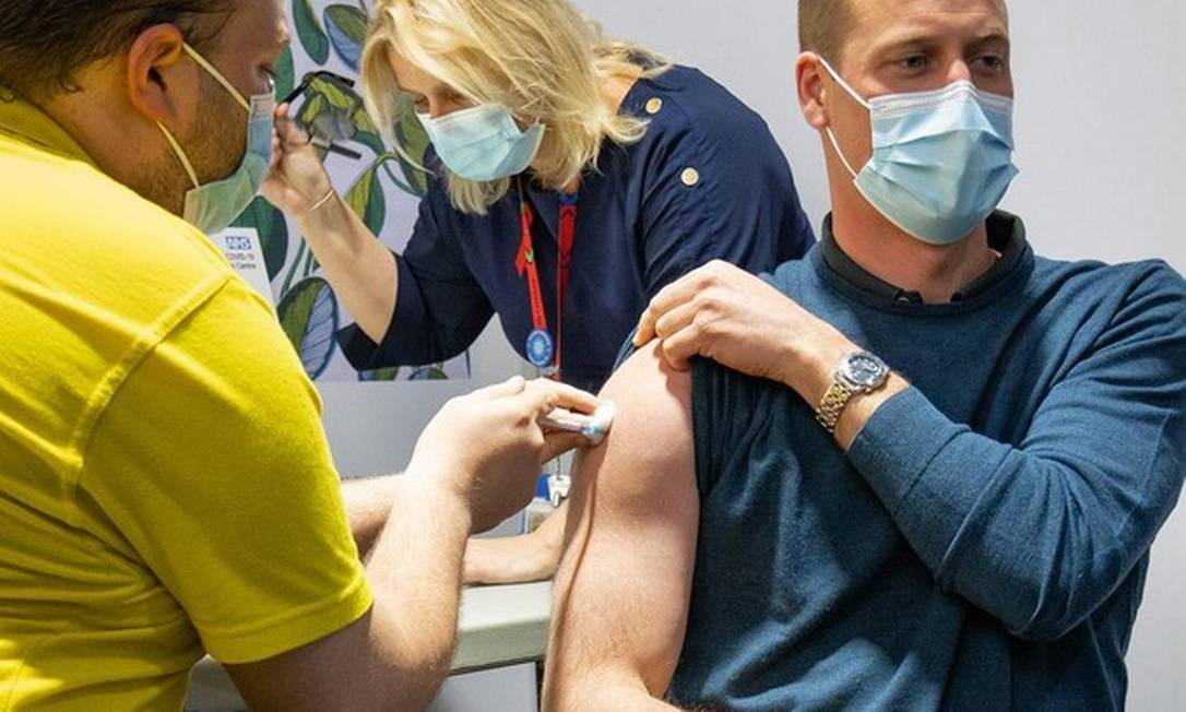 IMAGEM: Príncipe William toma primeira dose da vacina contra a Covid