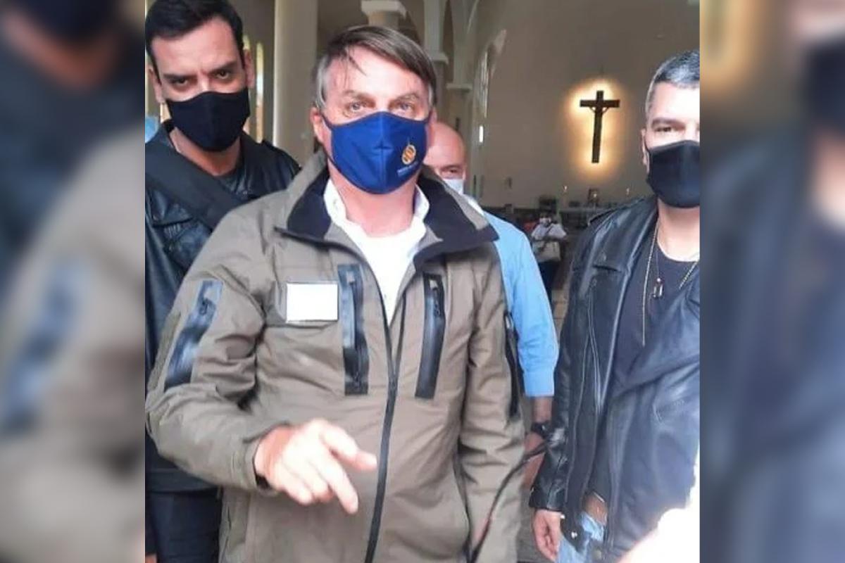 IMAGEM: De máscara, Bolsonaro vai a igreja no entorno de Brasília