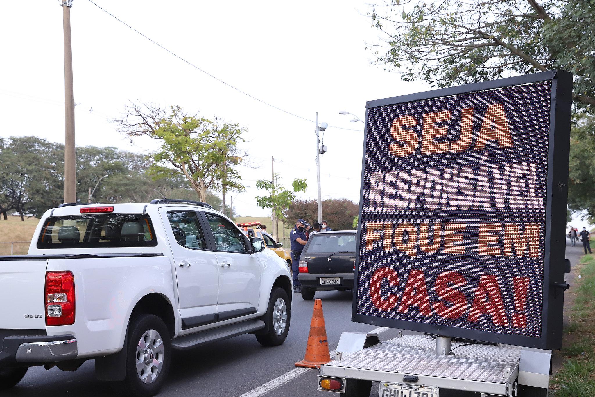 IMAGEM: Cidades de SP criam até barreiras de terra para evitar turistas no feriado