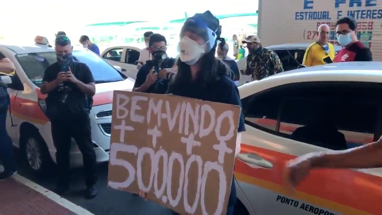 IMAGEM: Bolsonaristas ofendem manifestante e tentam rasgar placa de 500 mil mortos