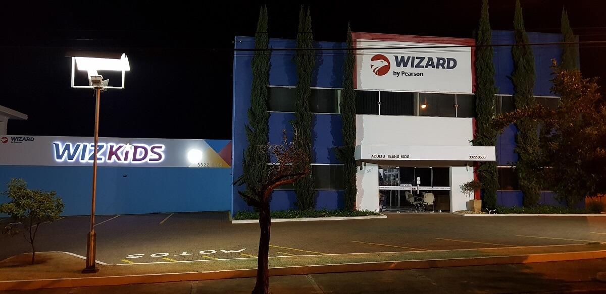 IMAGEM: Escola de idiomas Wizard informa que não tem nada a ver com Carlos Wizard