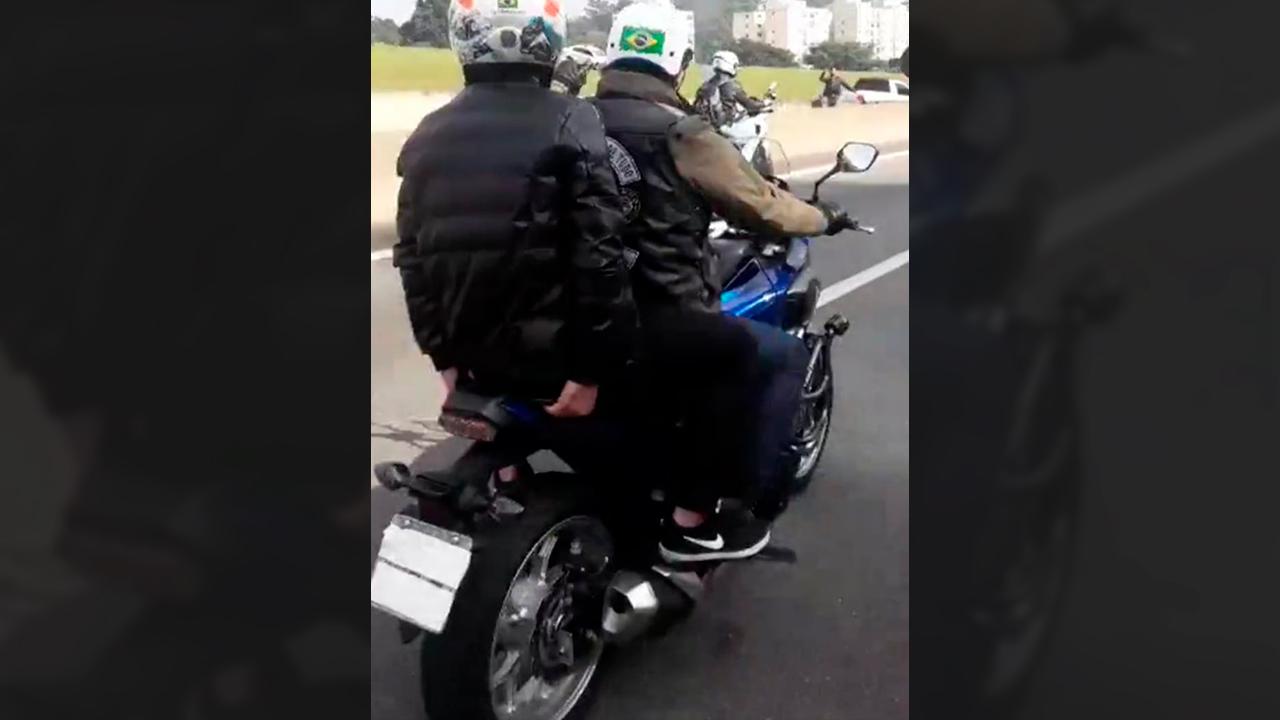 IMAGEM: Bolsonaro comete crime ao cobrir placa de moto