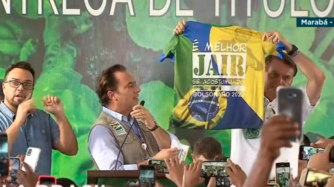 IMAGEM: Bolsonaro faz propaganda eleitoral antecipada e exibe camiseta com slogan de campanha