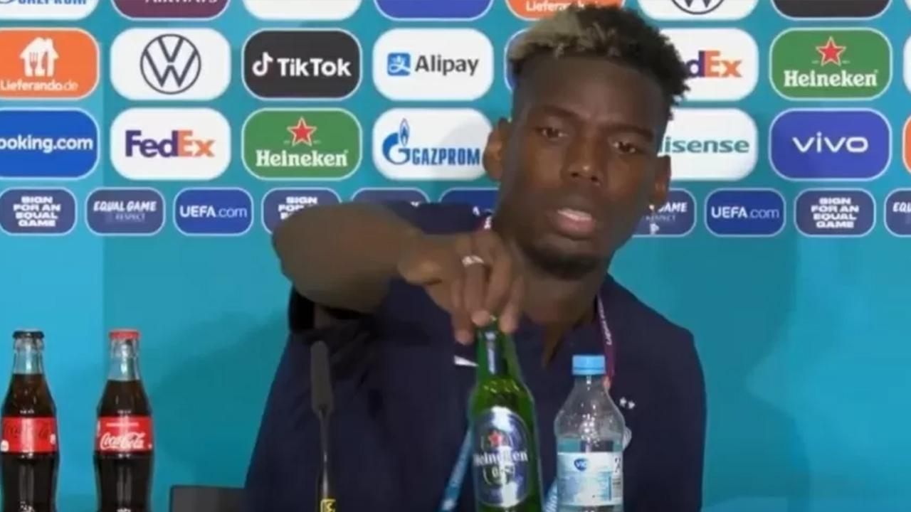 IMAGEM: Pogba 'imita' Cristiano Ronaldo e afasta garrafa de cerveja durante entrevista