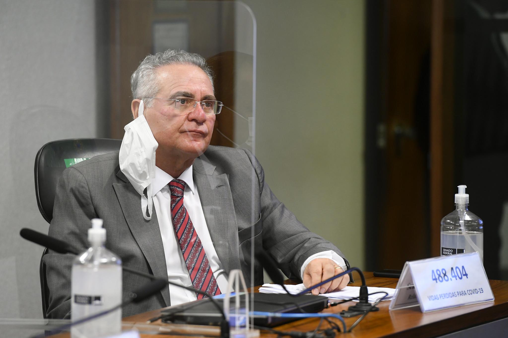 """IMAGEM: Renan provoca Bolsonaro: """"Posa de macho no cercadinho e emudece diante da CPI"""""""