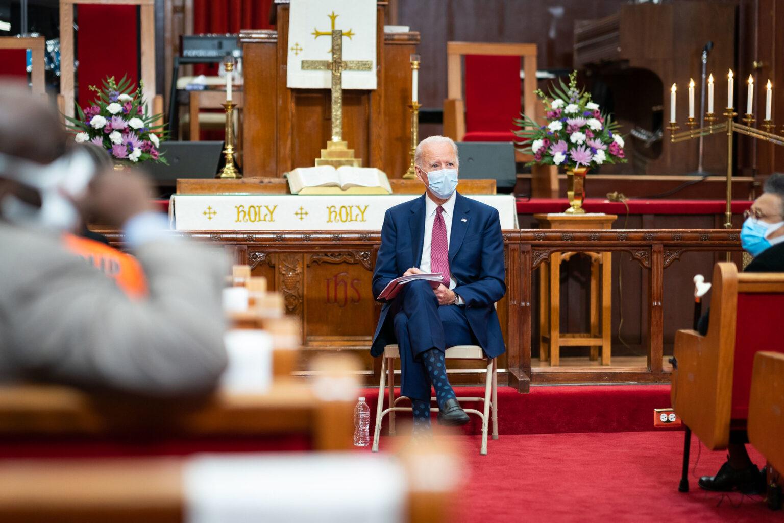 IMAGEM: Bispos católicos dos EUA cogitam negar comunhão a Biden