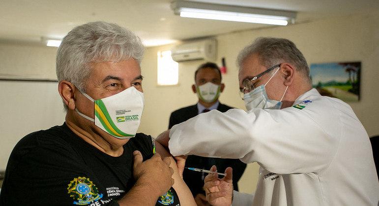 IMAGEM: Queiroga vacina ministros Marcos Pontes e Gilson Machado