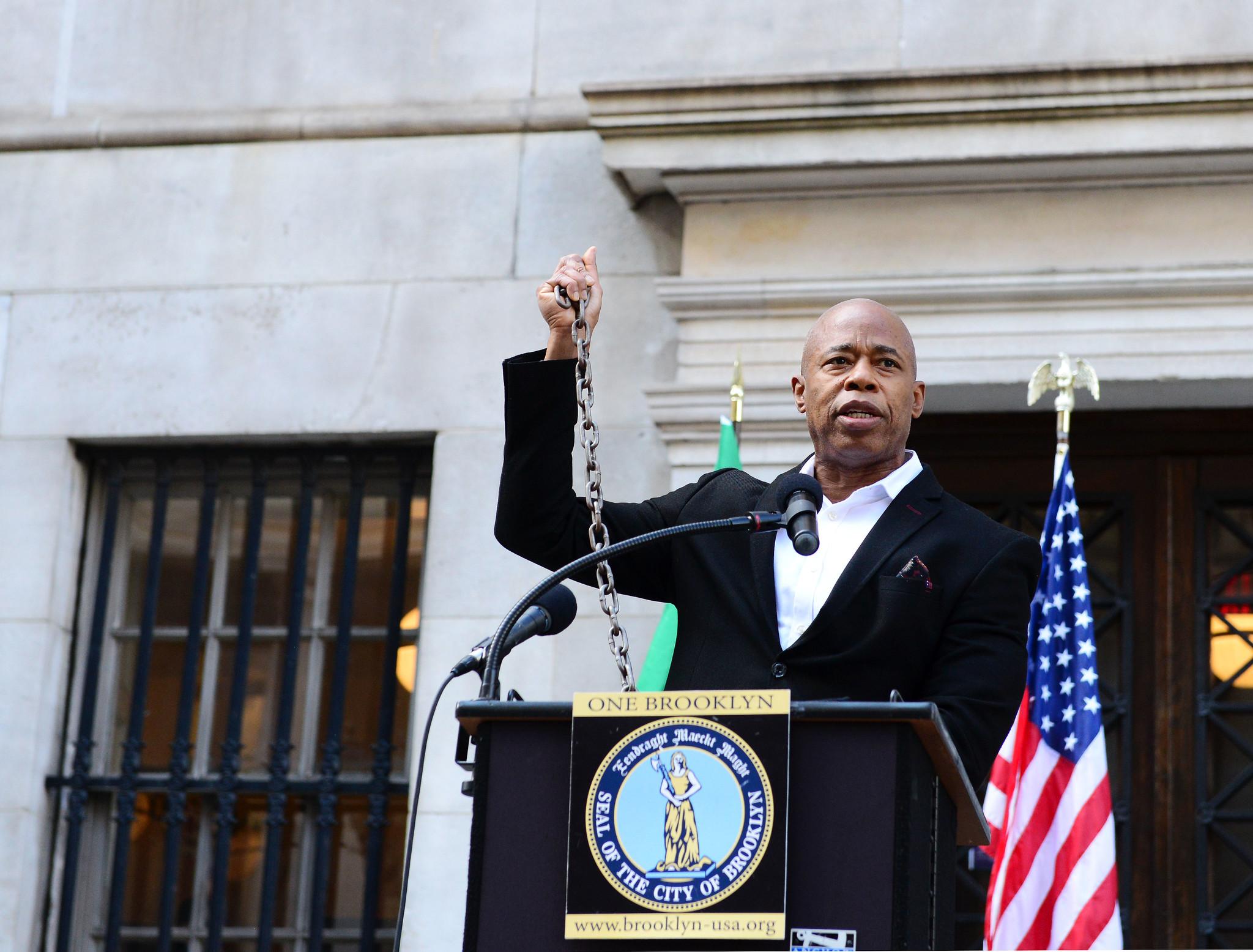 IMAGEM: Ex-capitão de polícia vence primárias democratas para prefeitura de Nova York