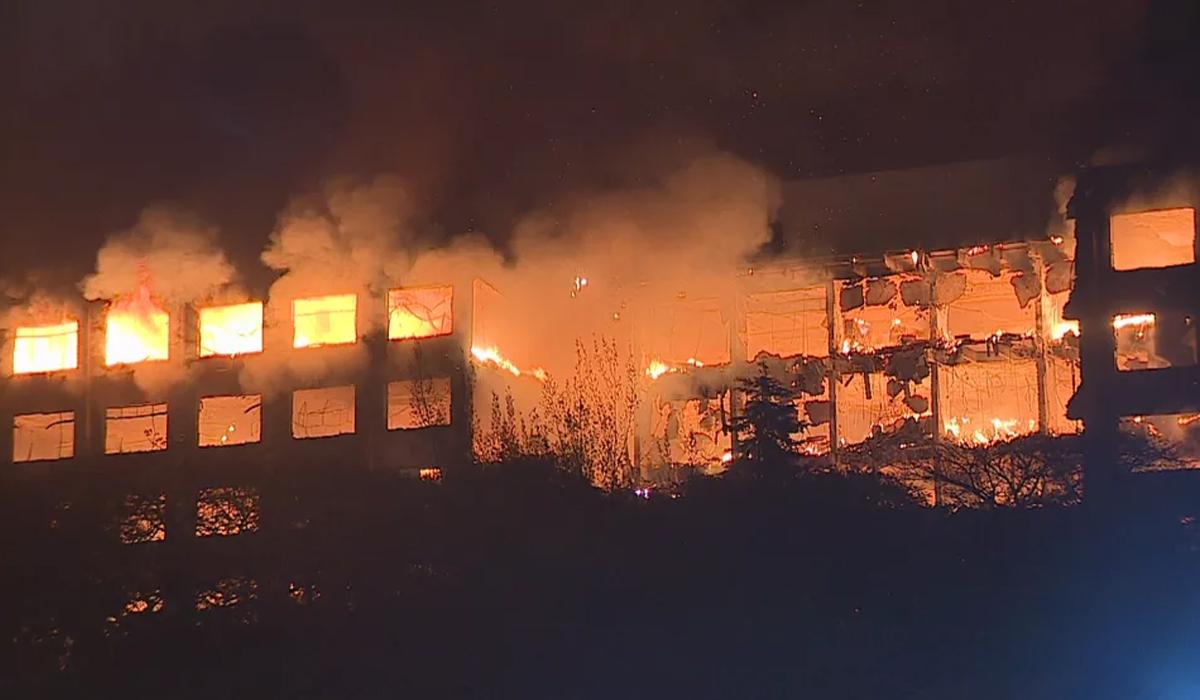 IMAGEM: Bombeiros seguem desaparecidos após incêndio na Secretaria de Segurança do RS; assista