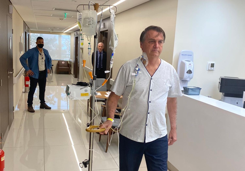 IMAGEM: Bolsonaro publica foto caminhando pelo corredor do hospital