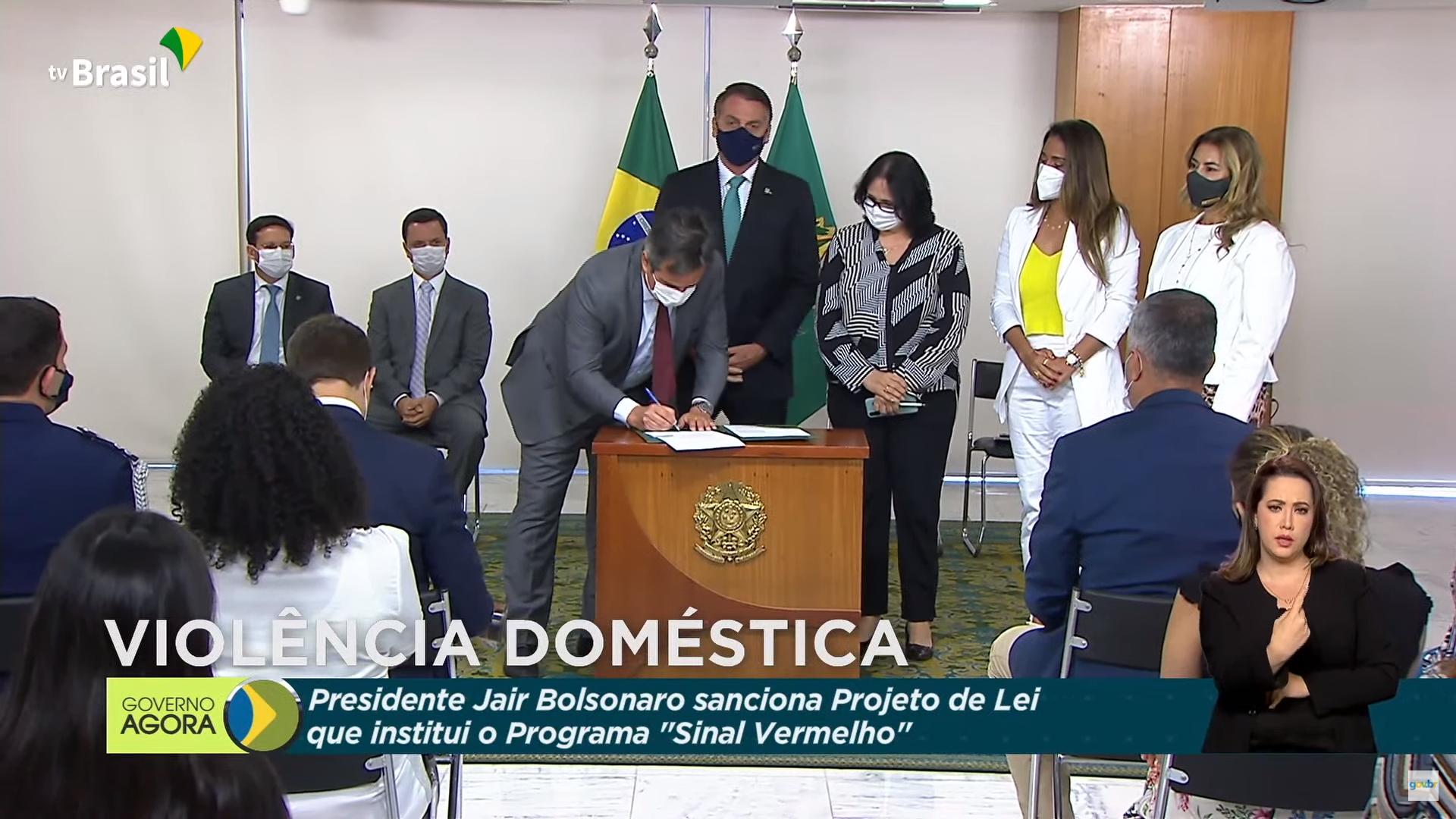 IMAGEM: Ciro Nogueira já assina lei como ministro