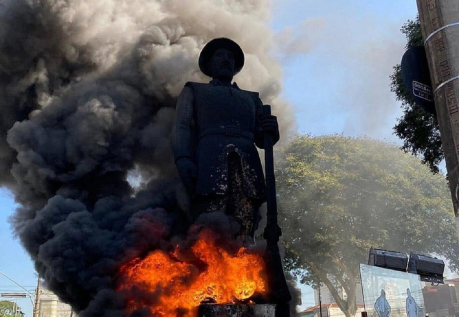 IMAGEM: Incêndio da estátua de Borba Gato foi bancado por vaquinha