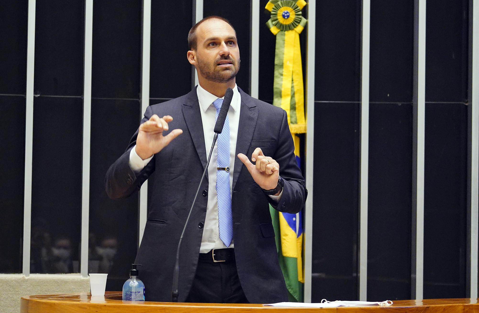 IMAGEM: Eduardo Bolsonaro dá força a motim de policiais