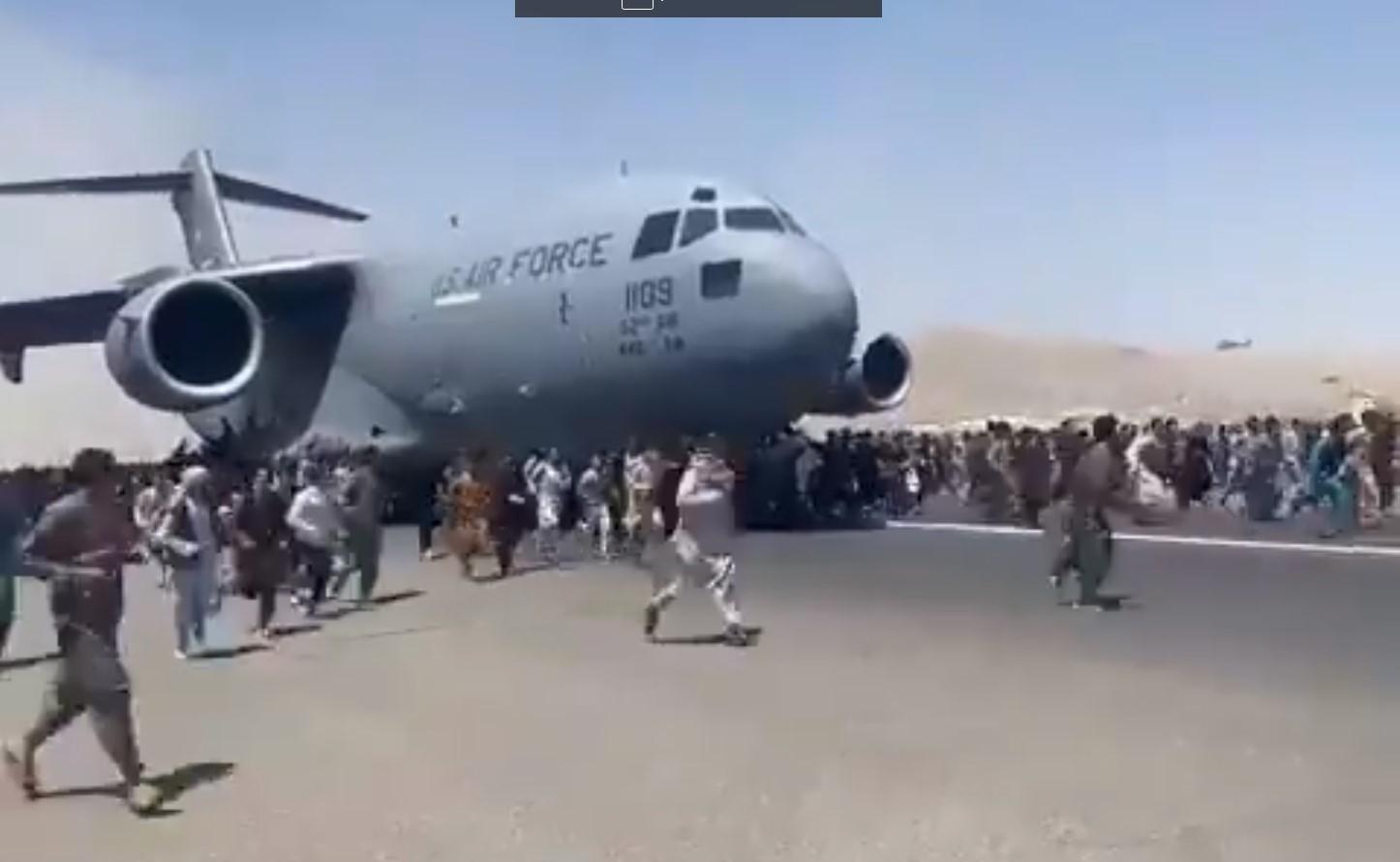 IMAGEM: Afegãos caem de avião ao tentar fugir do Talibã; assista