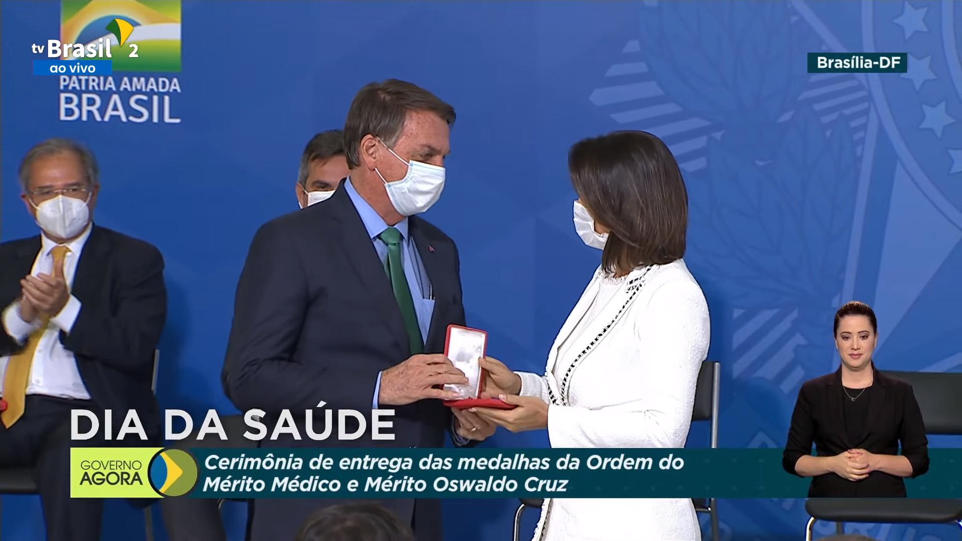 IMAGEM: Bolsonaro entrega 3ª medalha a Michelle