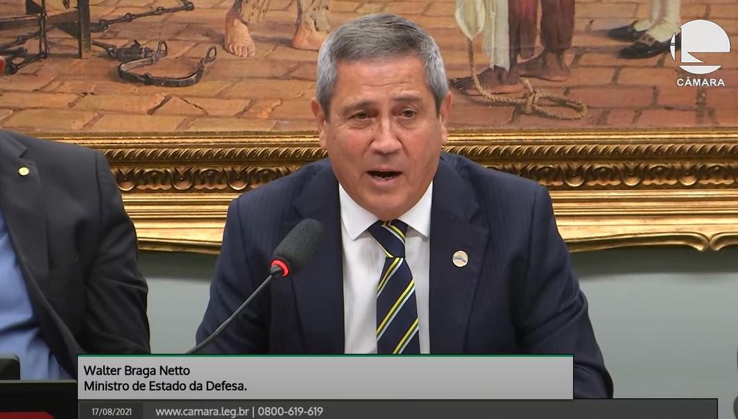 """IMAGEM: """"Não existe política dentro do quartel"""", diz Braga Netto"""