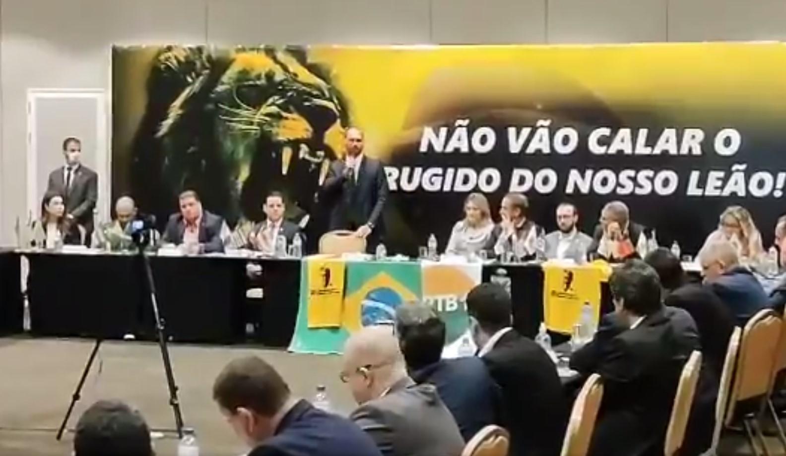 """IMAGEM: Eduardo discursa contra prisão de Roberto Jefferson: """"Estamos em uma ditadura"""""""