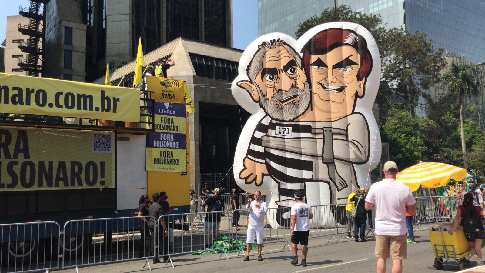 IMAGEM: Com Lula, com Bolsonaro