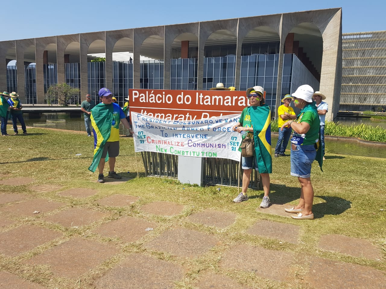 IMAGEM: Debandada de manifestantes da Esplanada cresce após carta de Bolsonaro