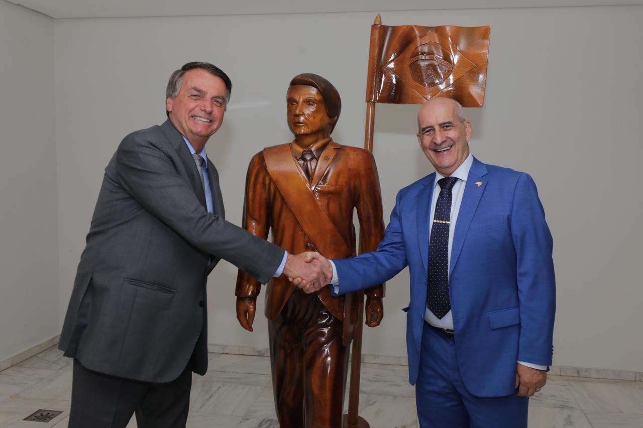 IMAGEM: Bolsonaro instala no Planalto estátua que ganhou de apoiadores