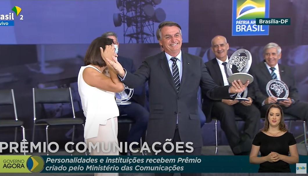 """IMAGEM: Bolsonaro, ministros e até Michelle ganham prêmio por """"contribuir para telecomunicações"""""""