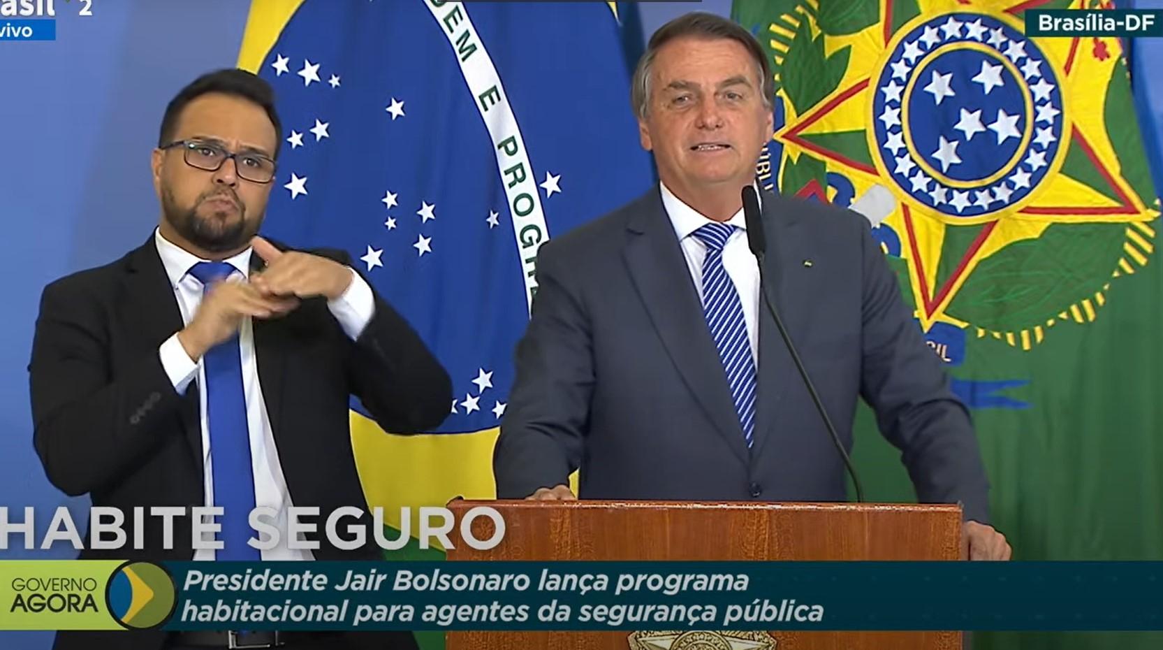 IMAGEM: Bolsonaro sugere que policiais paguem R$ 10 a viúvas de colegas mortos