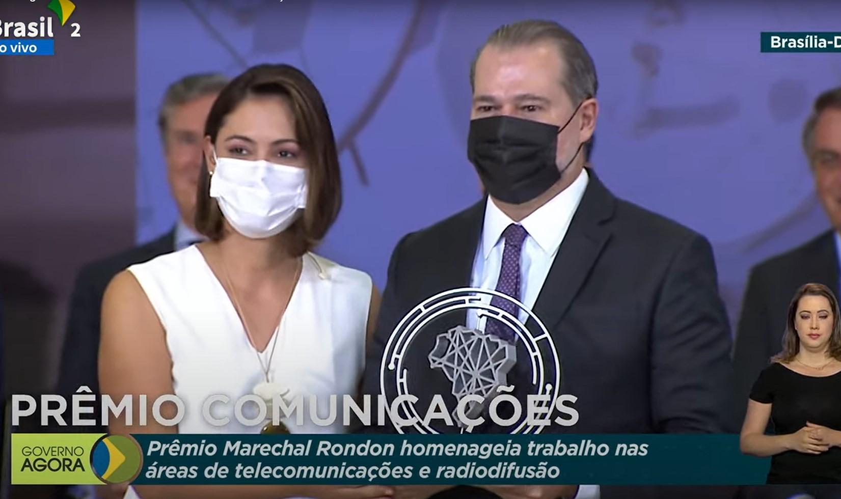 IMAGEM: Toffoli recebe prêmio de telecomunicações das mãos de Michelle